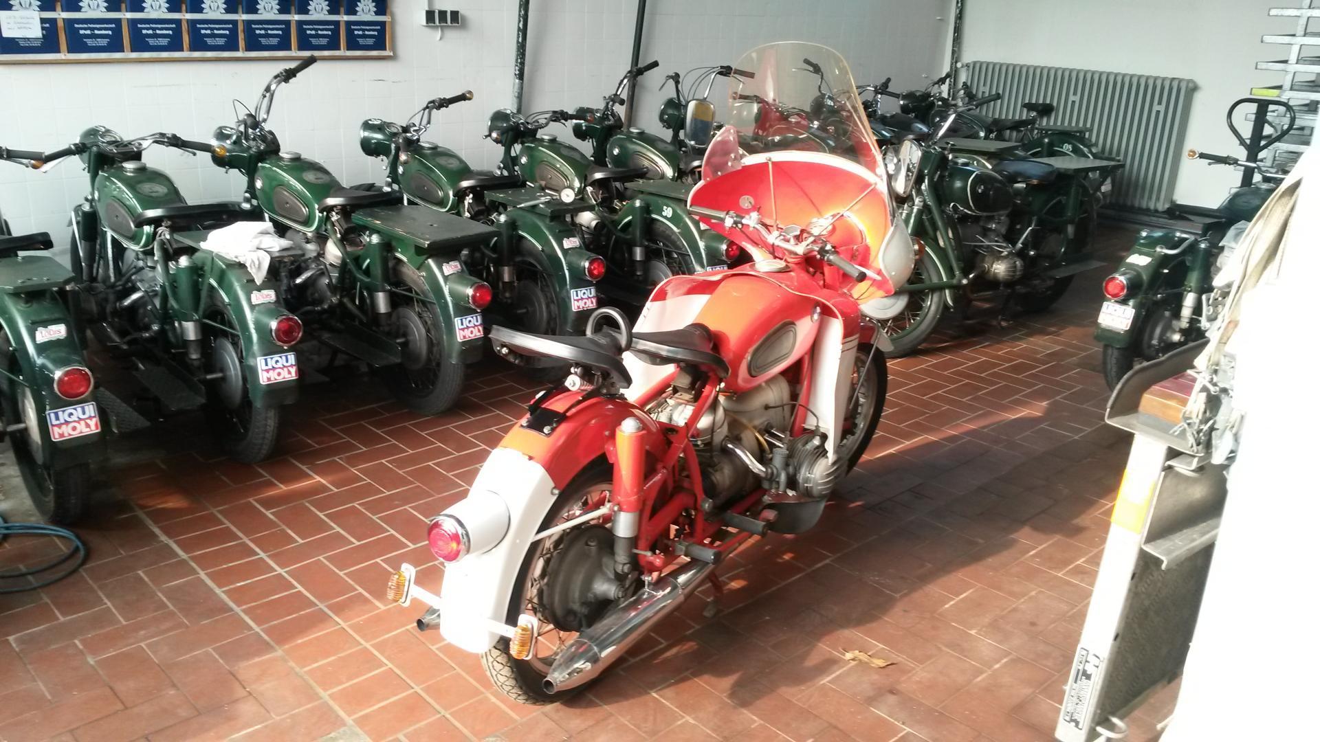 Ein Motorrad findet den Weg zurück nach Hause